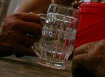 Iesean internat in coma alcoolica dupa ce a pariat ca bea zece litri de tuica, vin si bere