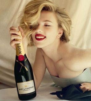 Scarlett Johansson, sexy intr-o reclama la sampanie