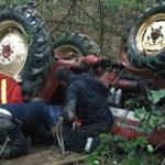 În stare gravă după ce s-a răsturnat cu tractorul într-o râpă [ACUM]