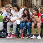 La Stampa: Generația Z, cea mai informată și mai amabilă, care preferă părinţii în locul influencerilor – International