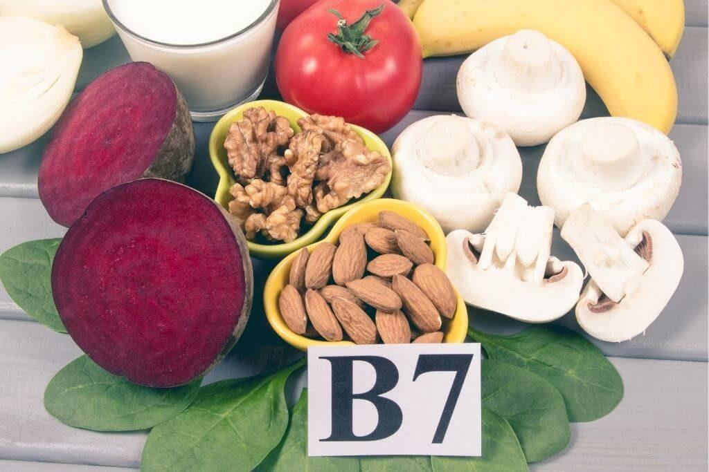 Una dintre vitaminele cu roluri multiple este biotina, care face parte din categoria vitaminelor ce susțin frumusețea părului, pielii și unghiilor, dar este și o parte vitală a sănătății organismului, având un rol esențial în buna funcționare a sistemului nervos, tractului digestiv și metabolismului, aducând, de asemenea, un aport de energie.