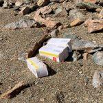 VIDEO Zeci de cutii de medicamente expirate, aruncate pe malul lacului Tarnița. Aprovizionarea Clujului cu apă din Tarnița a fost oprită – Mediu